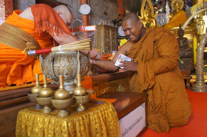 Mnisi w świątyni Chiang Mai