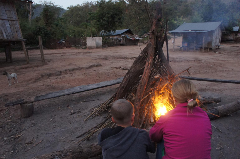 wioska plemienna w Tajlandii - zmrok przy ognisku