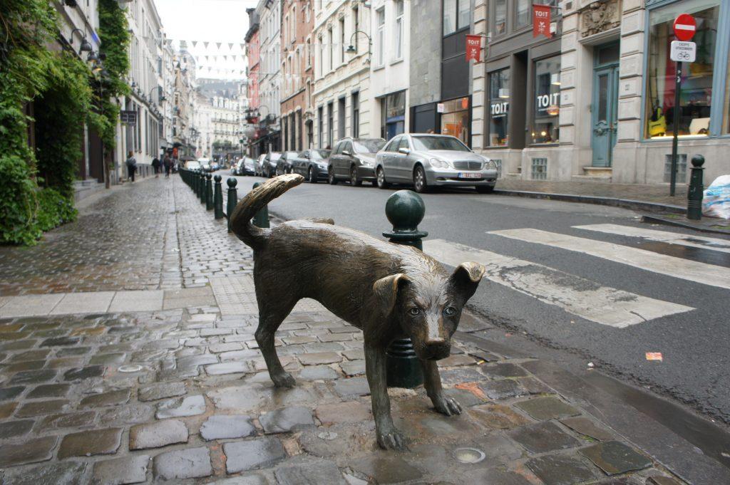 jeden z trzech pomników siusiania w Brukseli
