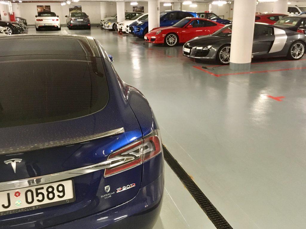 Elektryczna Tesla w garażu Krzysztof Hołowczyca