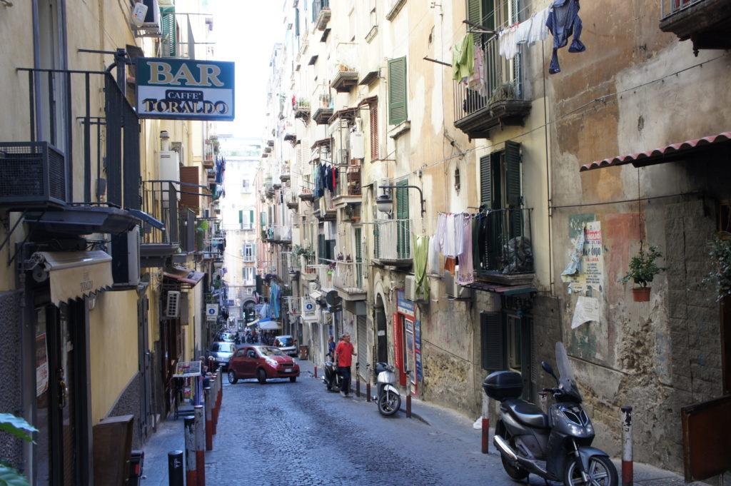 ciasne uliczki Neapolu