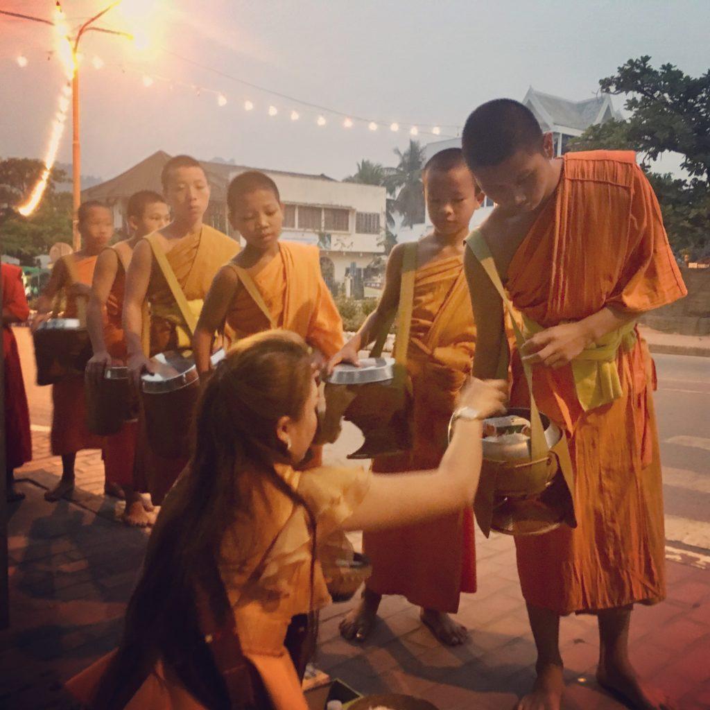 Mnisi o świcie w Luang Prabang