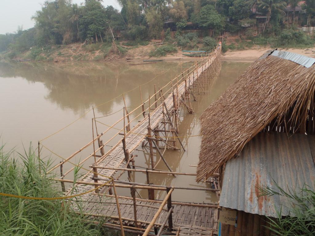 Bambusowy most na rzece Nam Khan
