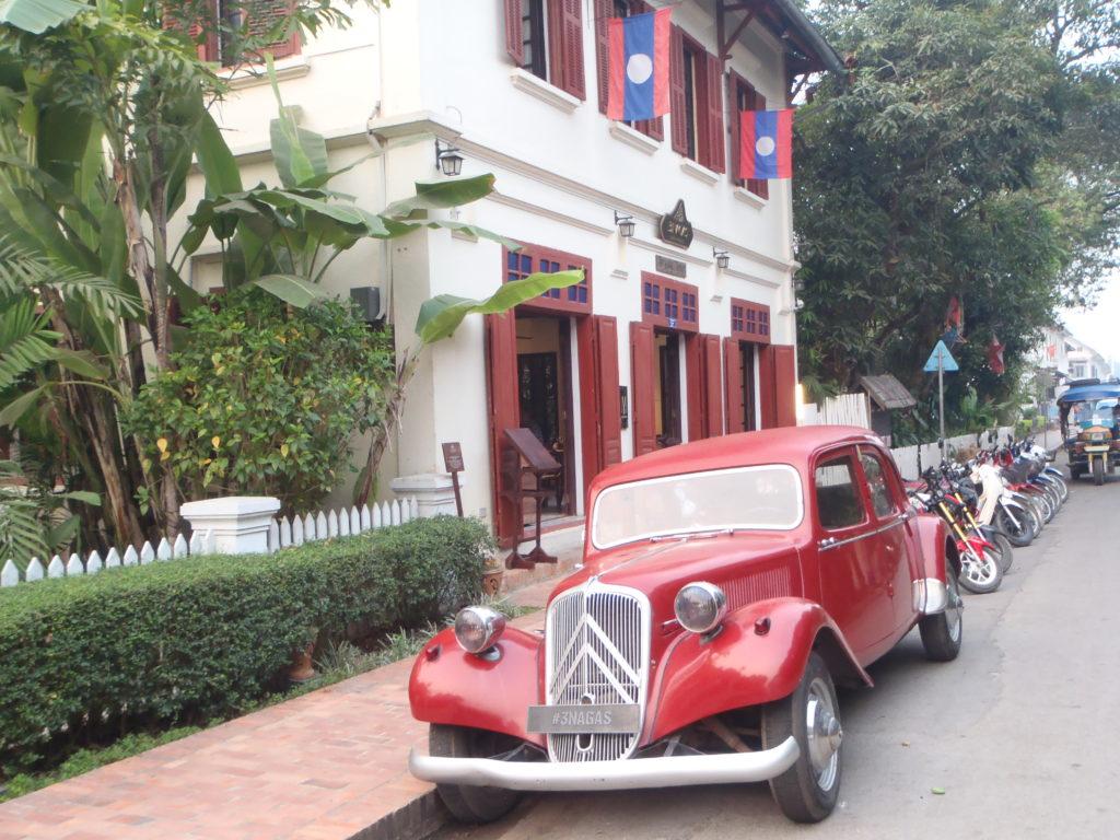 Niektóre kolonialne budynki w Luang Prabang są pięknie odnowione