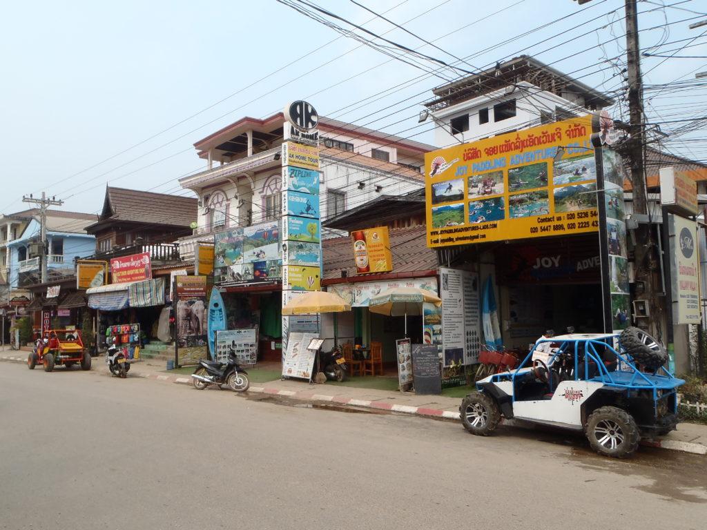 W Vang Vieng jest dużo agencji oferujących pakiety aktywności