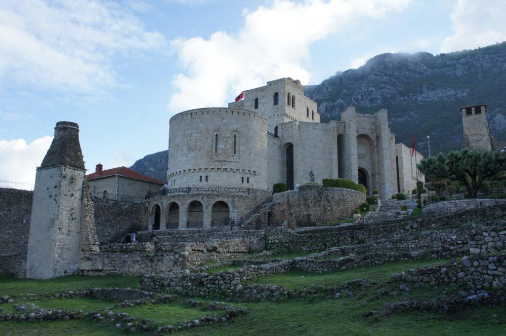 Zrekonstruowany zamek w Kruje