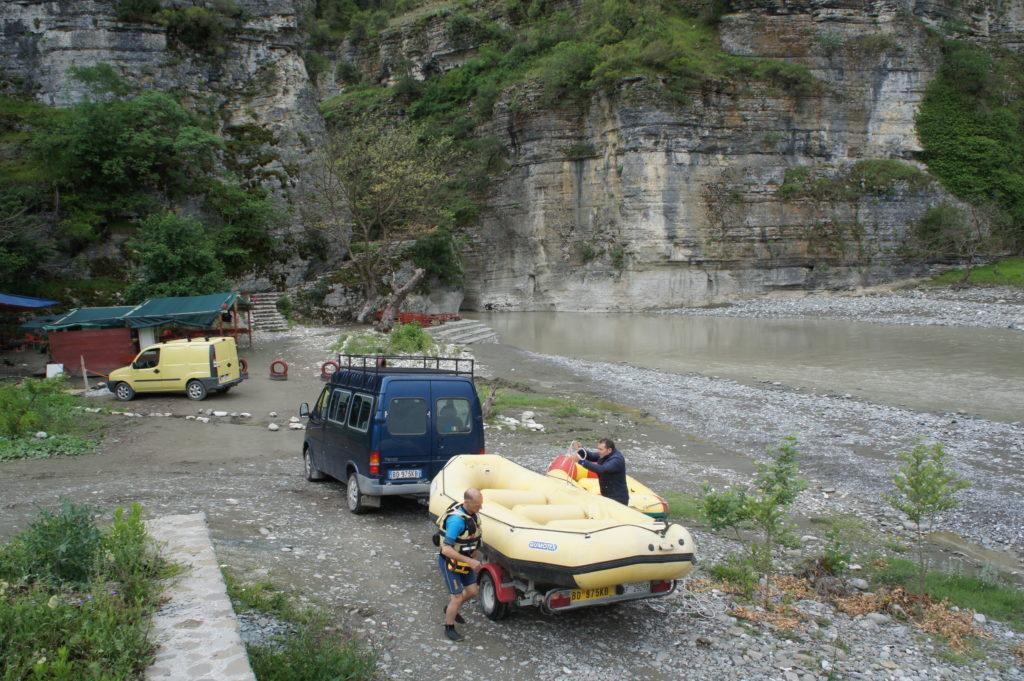 Wodowanie pontonów przed rozpoczęciem raftingu