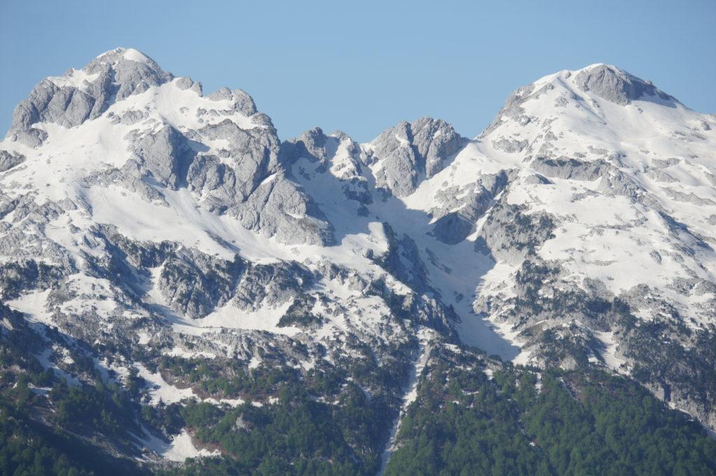 Szczyty gór w Albanii są ośnieżone nawet w czerwcu