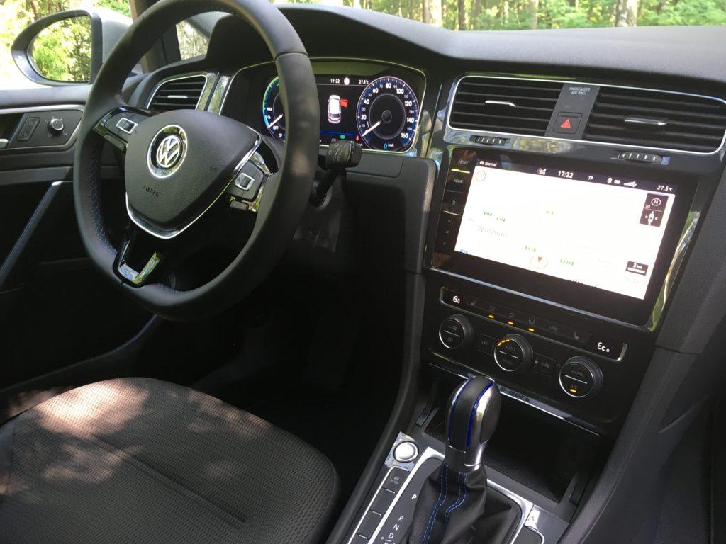 Wieloma funkcjami e-Golfa można sterować na dużym ekranie konsoli środkowej