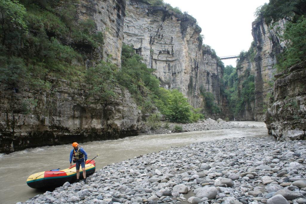 Krótki odpoczynek podczas raftingu na rzece Osum
