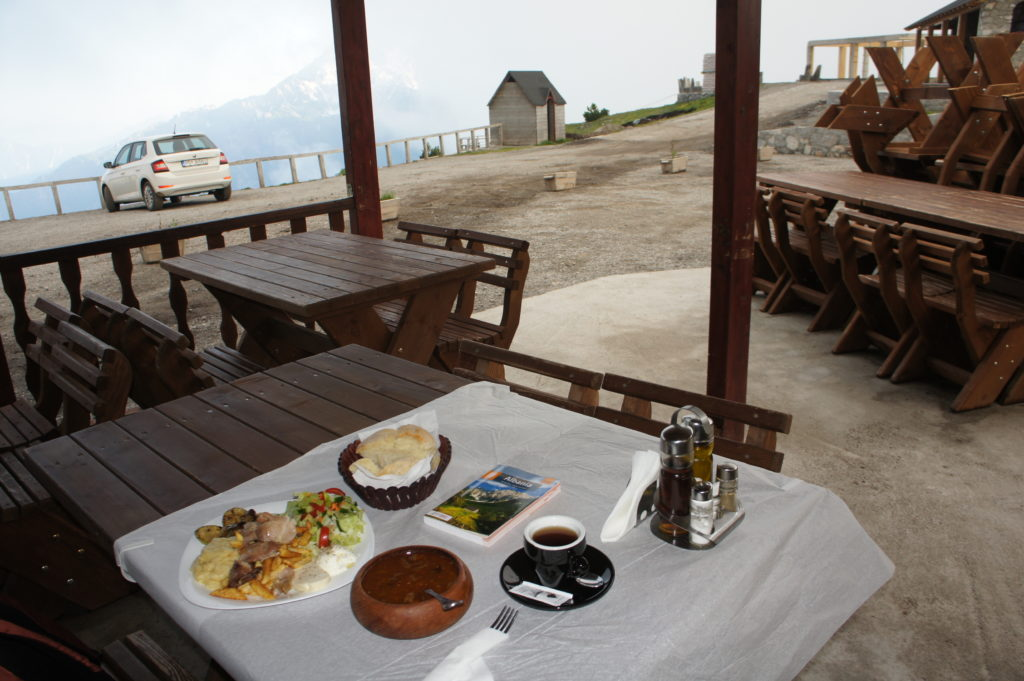 Obiad podany w Alpach Albańskich