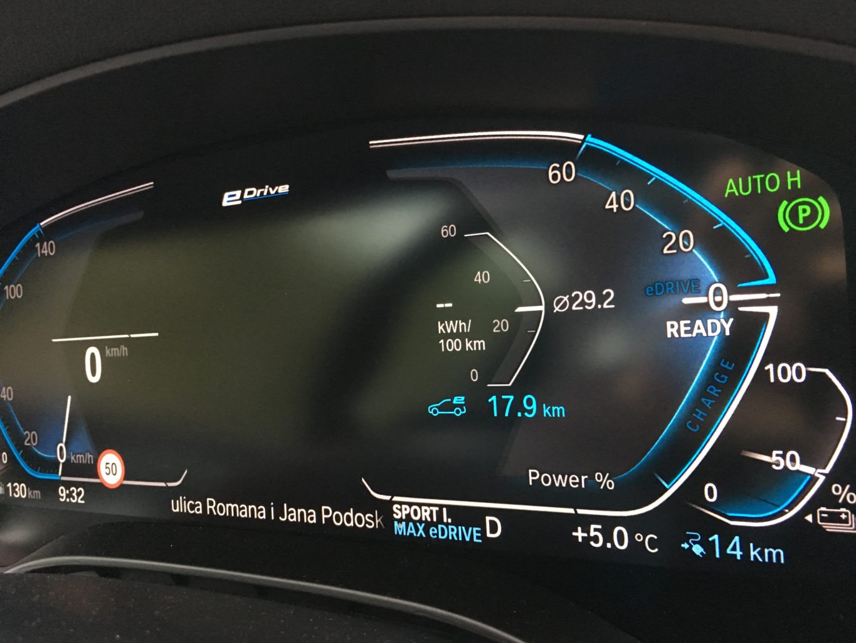 W trybie elektrycznym BMW 530e maksymalna prędkość to 140 km/h