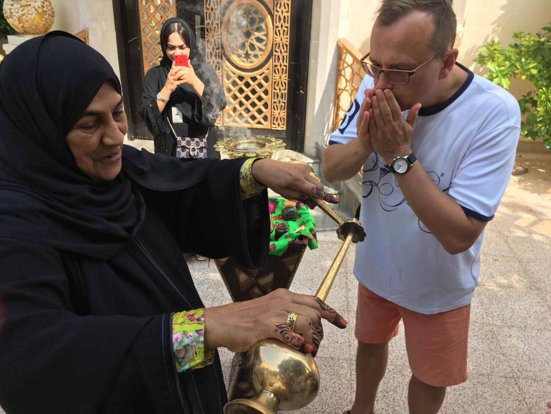 Obmycie rąk wodą różaną to element tradycyjnego arabskiego powitania