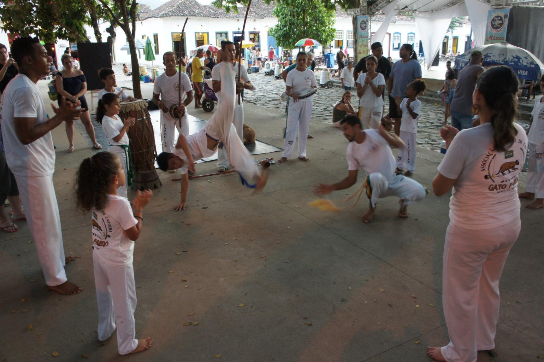 Wieczorny pokaz Capoeiry w Paratach