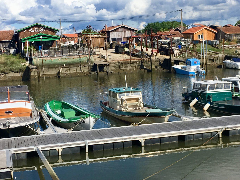 Wśród rybackich zabudowań są restauracyjki gdzie najlepiej spróbować świeżych ostryg