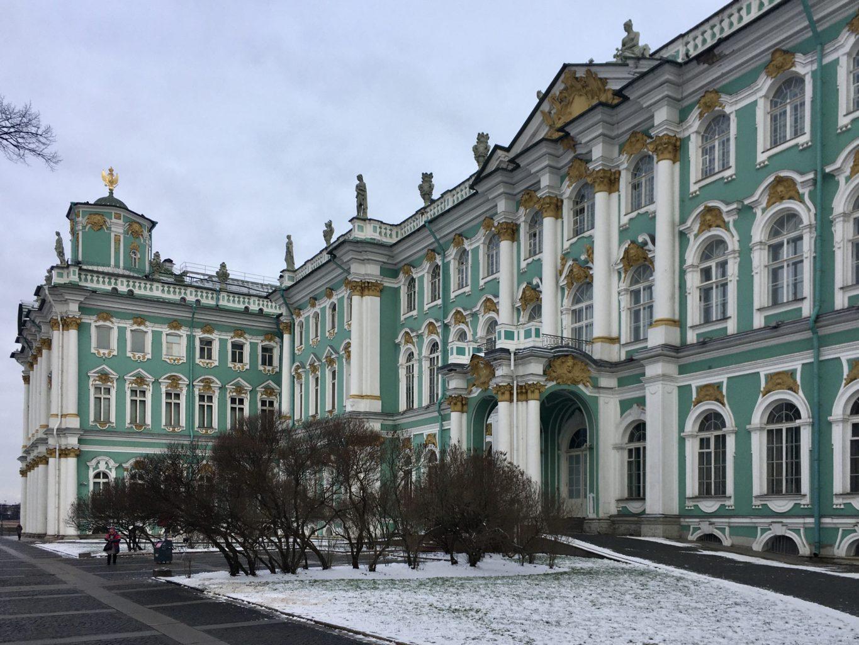 Budynki Ermitażu otaczają Plac Pałacowy