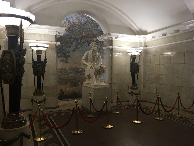 Metro w Petersburgu jest czasem jak muzeum
