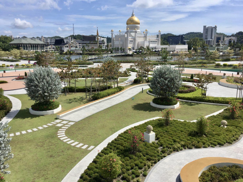 Piękne ogrody otaczają meczet Omar Ali Saifuddien
