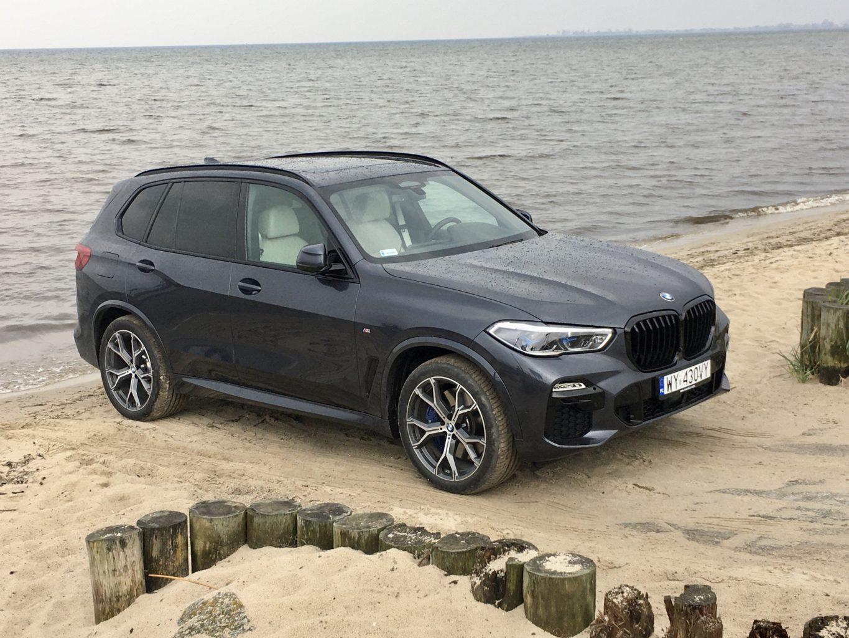 BMW X5 jest dużym autem ale umiejętny design optycznie je pomniejsza