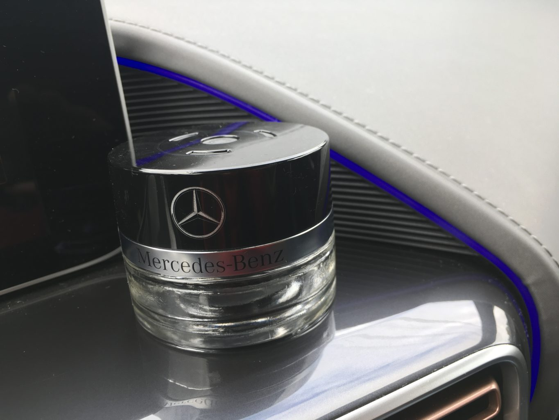 """Panel przodu auta to fortepianowa czerń i kosmiczny """"ortalion"""". Do tego flakon perfum odświeżających powietrze"""