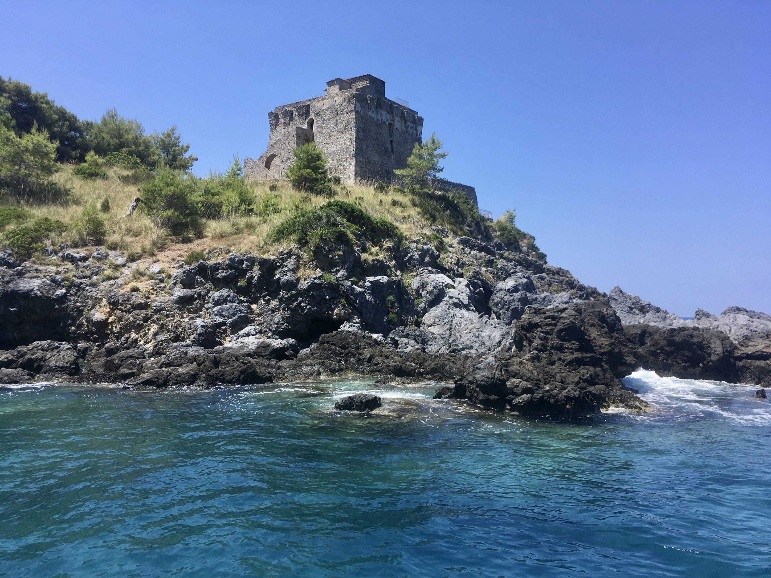 W Kalabrii jest co zwiedzać i można cieszyć się turkusowym morzem