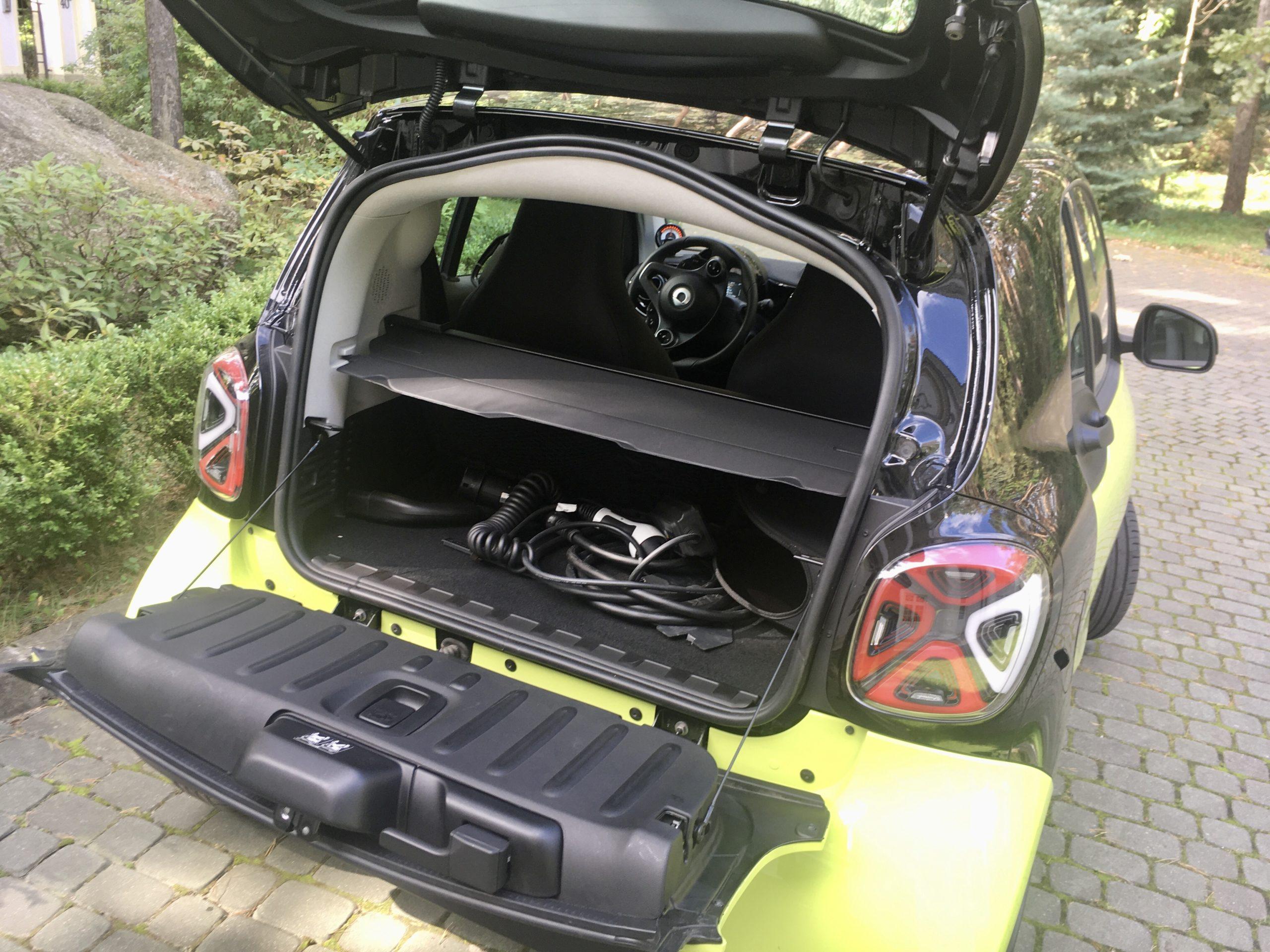 Bagażnik Smarta jest bardzo mały ale na klapie można usiąść (wytrzyma 100 kg)