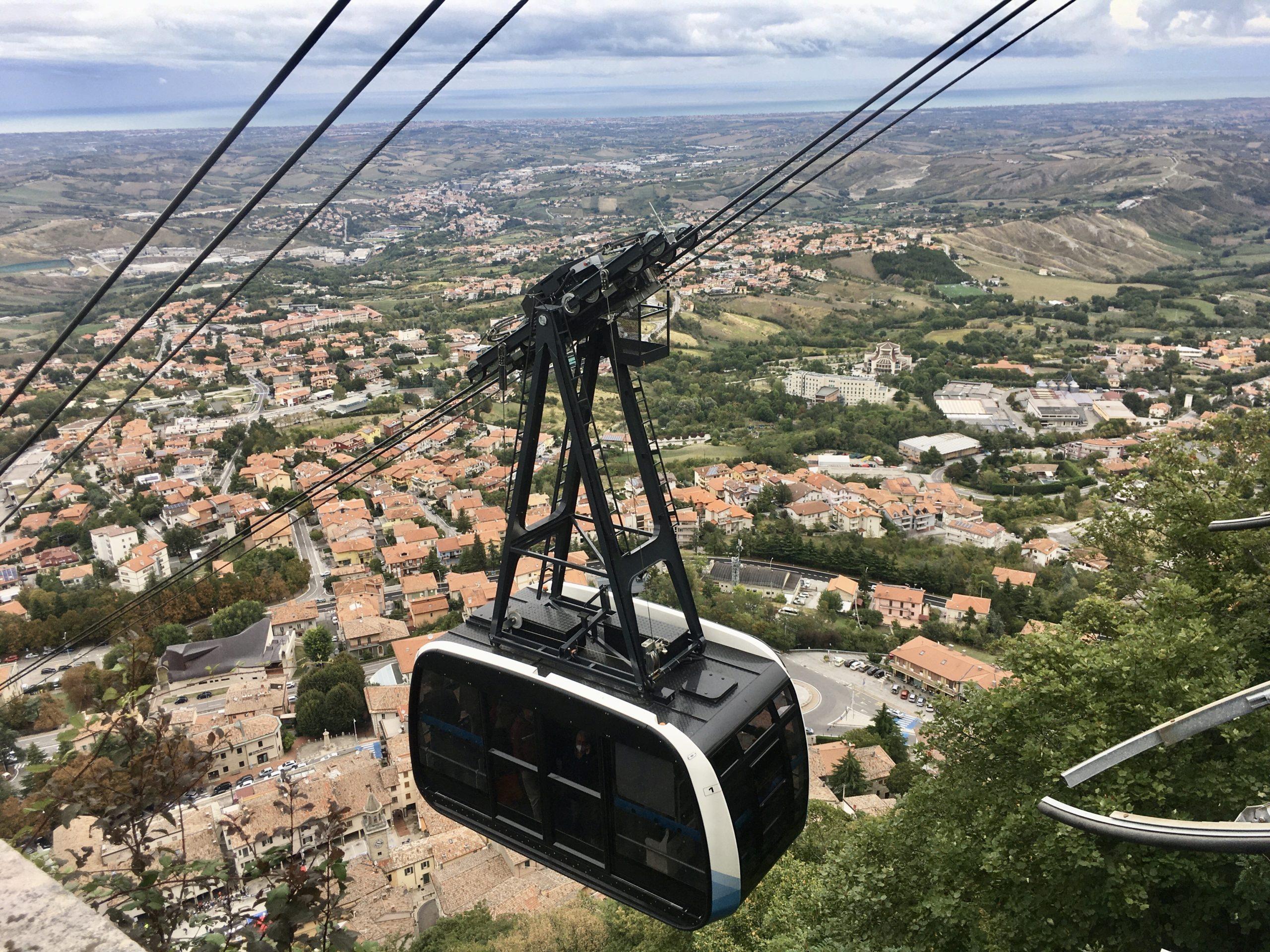 Kolejka linowa oferuje oszałamiające widoki i szybkie dotarcie do centrum stolicy San Marino