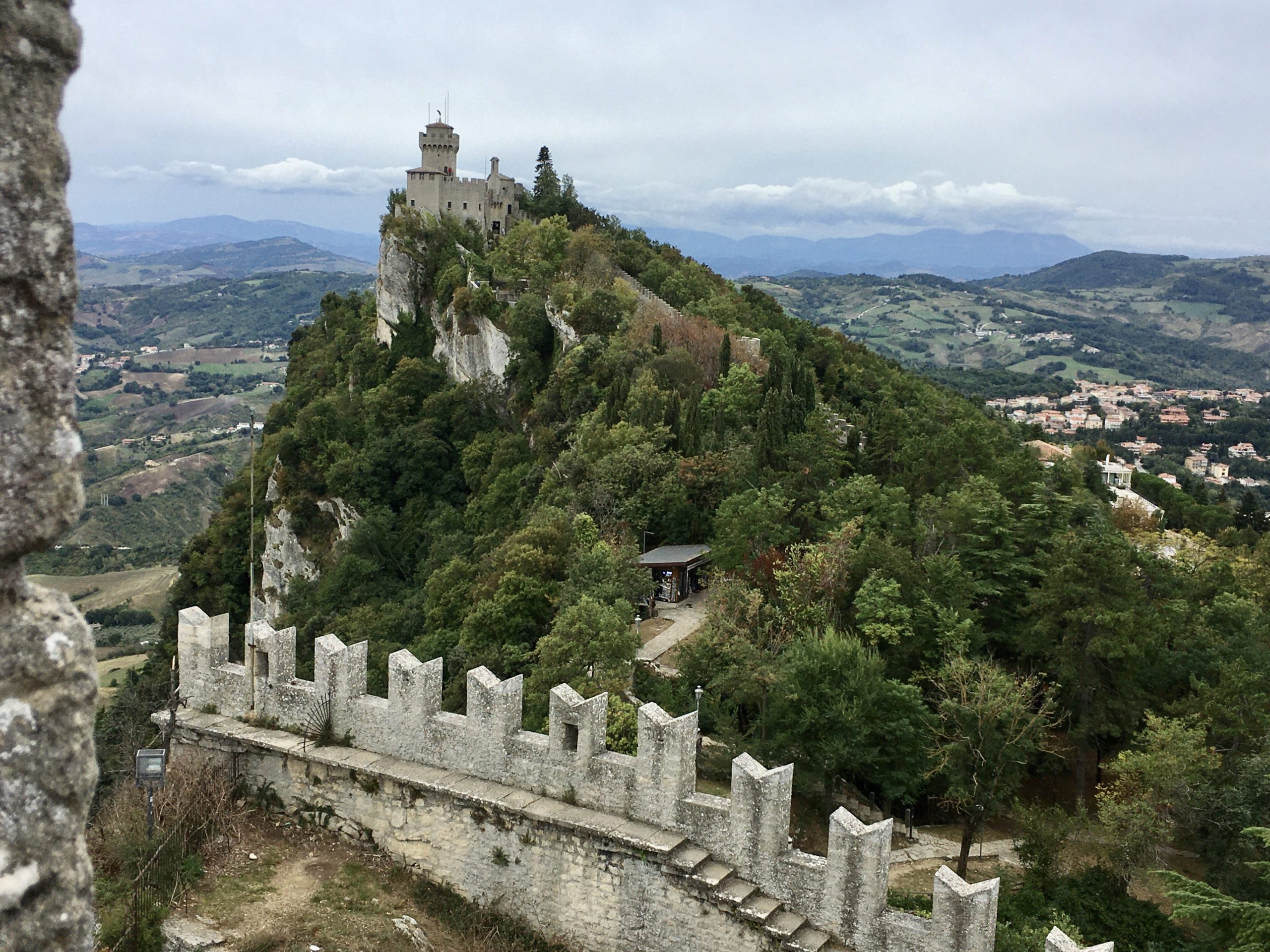 Trzy wieże stoją w najwyższych punktach wzgórza Monte Titano