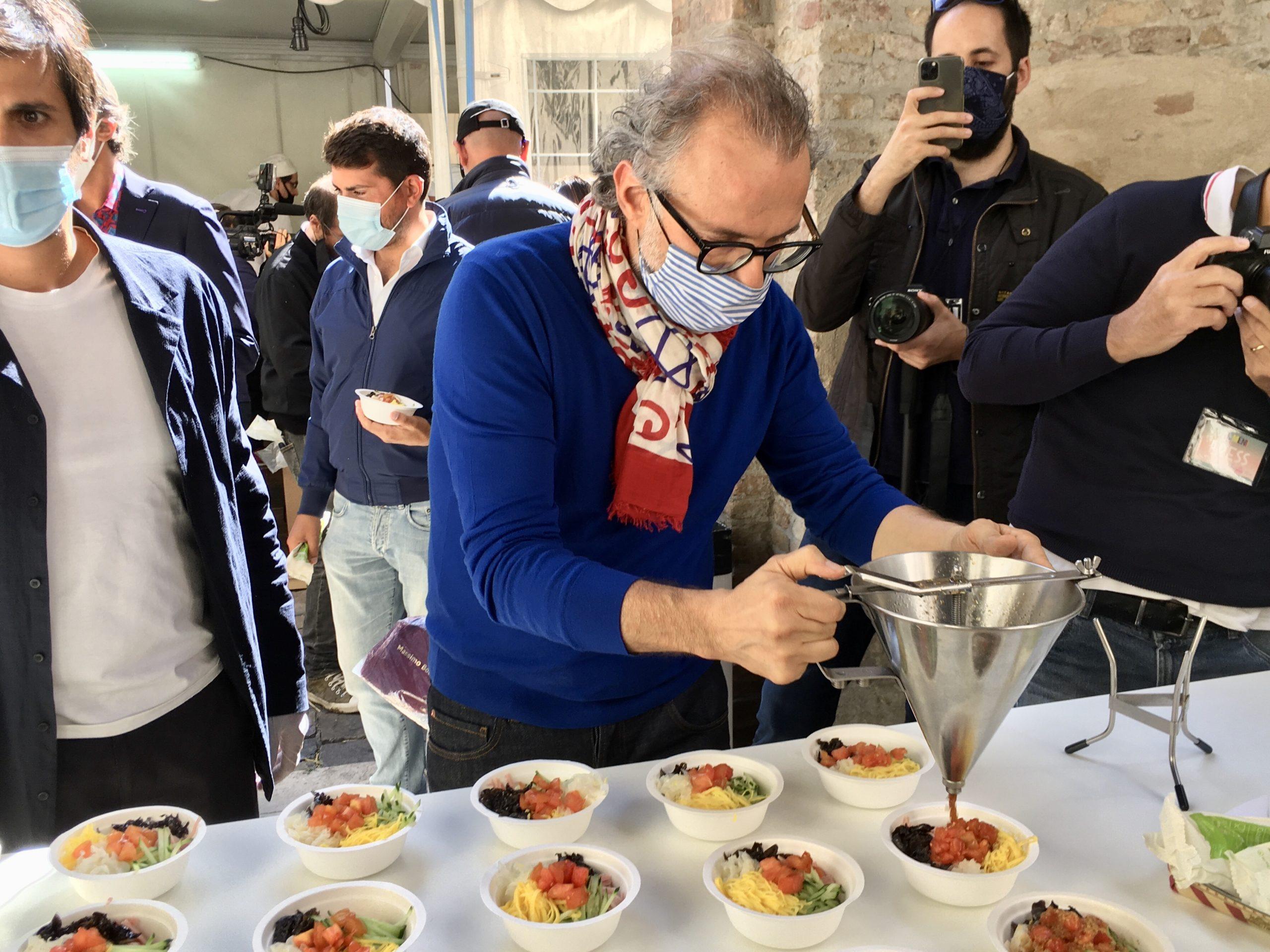 """Massimo Bottura podczas festiwalu kulinarnego """"Al Meni"""""""