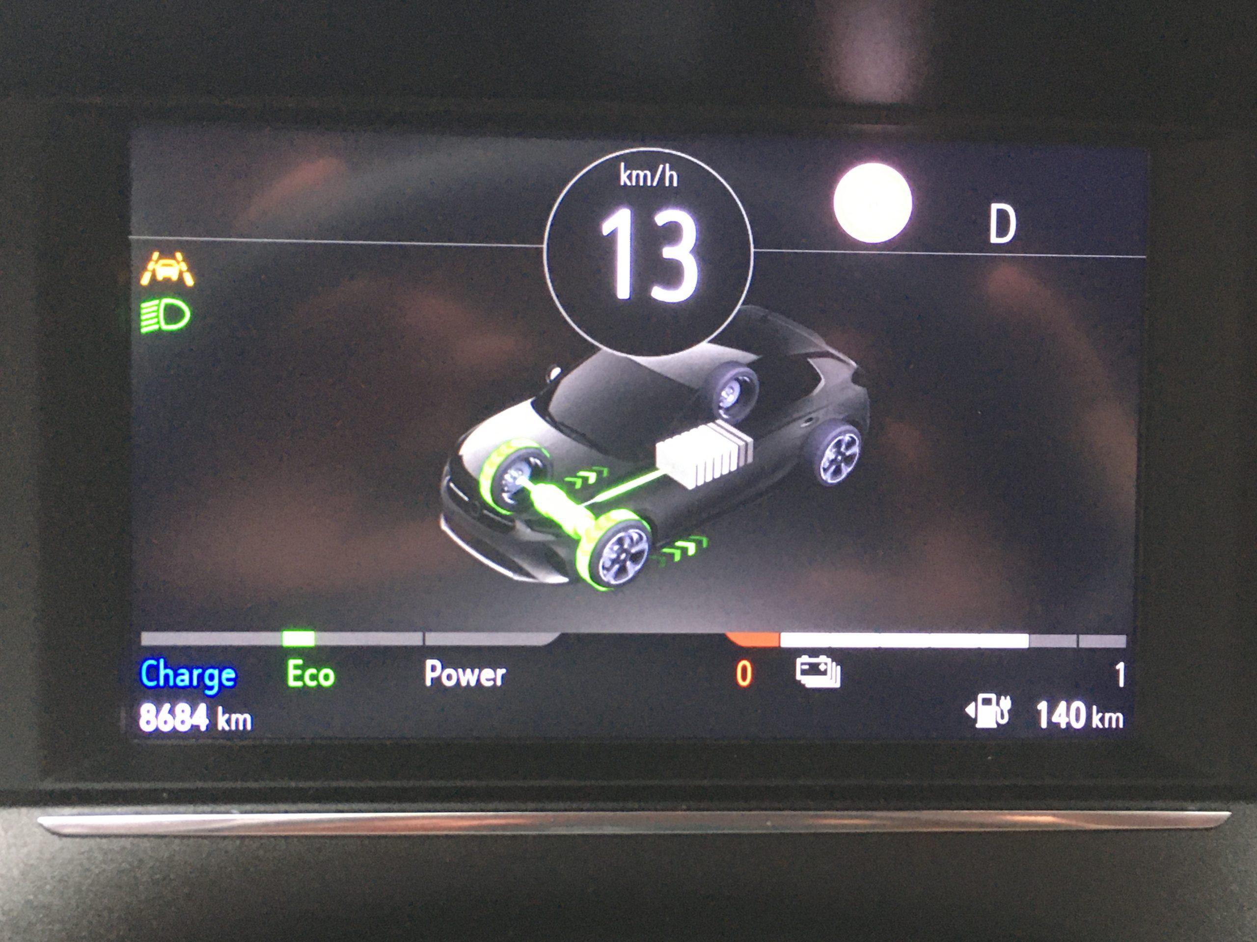 Kierowca Corsy jest dobrze informowany o parametrach bezemisyjnej jazdy