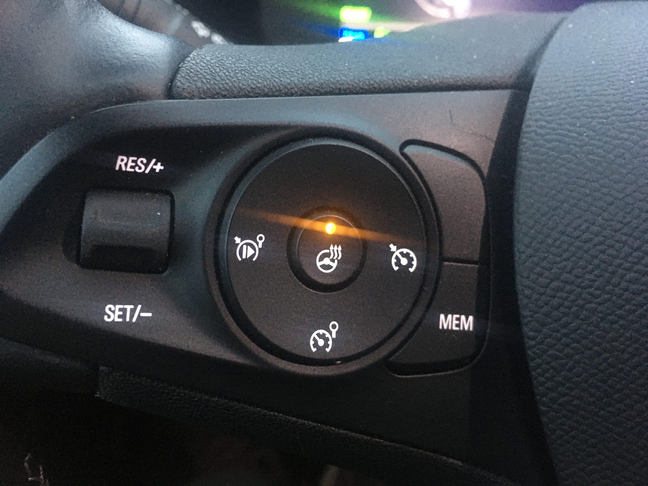 Ciepła kierownica zapewnia komfort termiczny kierowcy.