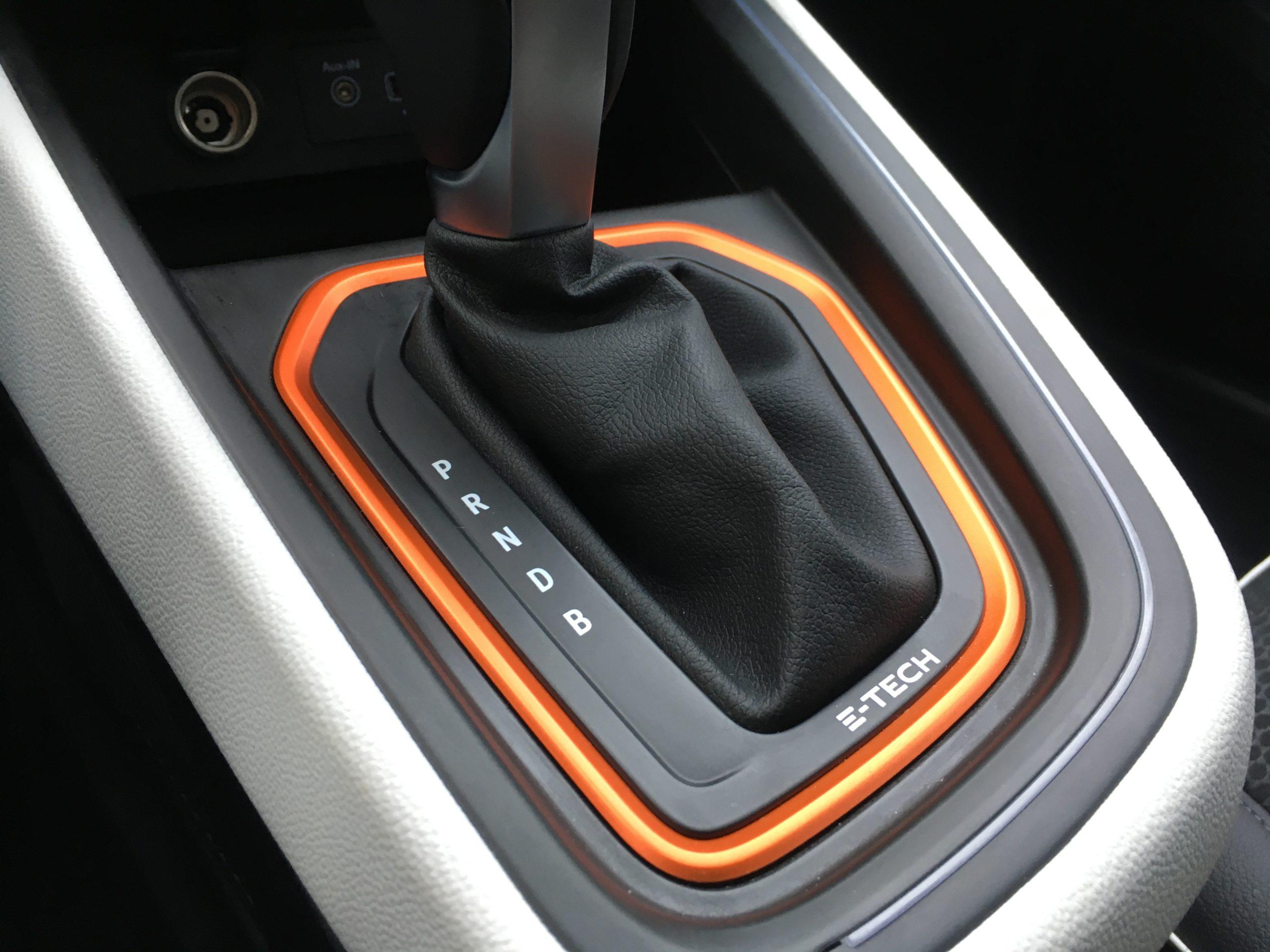 """Emblemat """"E-TECH"""" znajdziemy również na drążku zmiany biegów Renault Clio"""