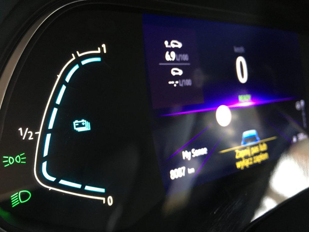 Kierowca hybrydowego Clio jest dobrze informowany o parametrach jazdy i stopniu naładowania akumulatora