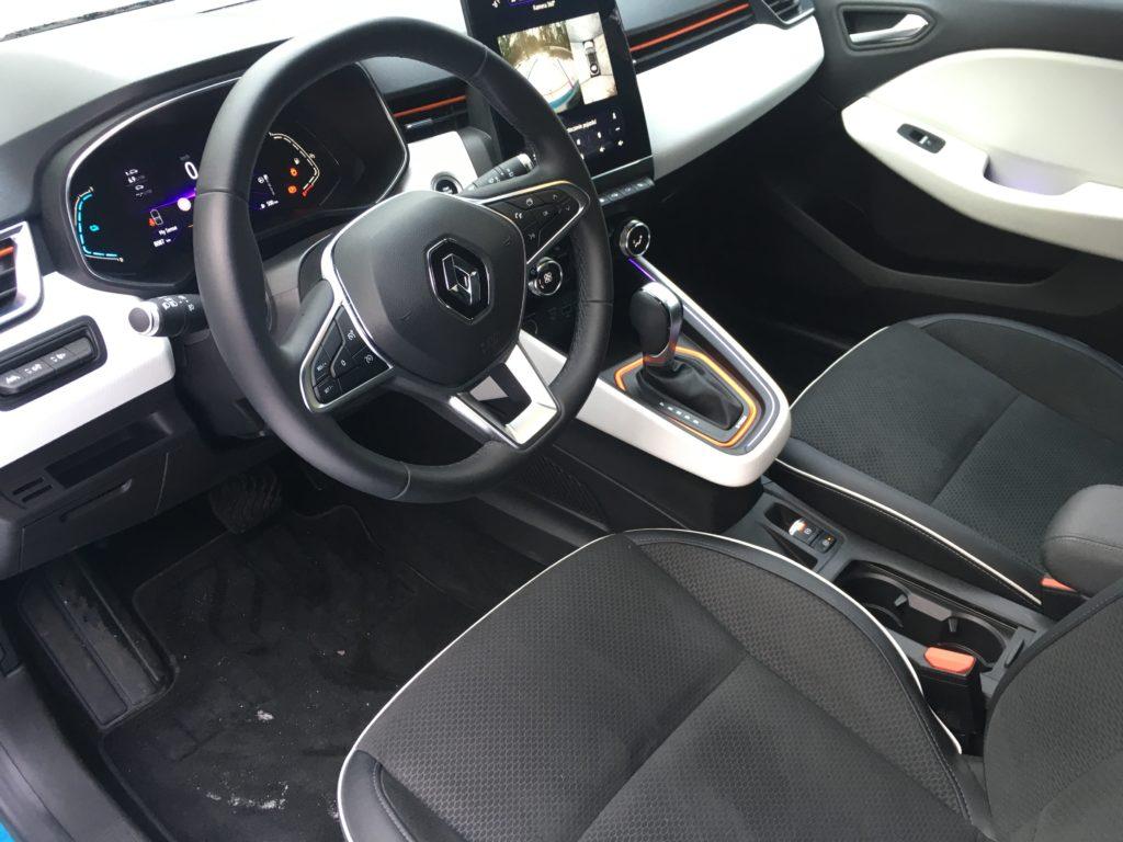 Funkcjonalne wnętrze Clio HEV z dużym, centralnie umieszczonym wyświetlaczem