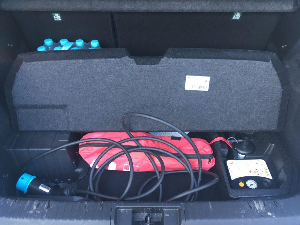 Dolna część bagażnika idealnie nadaje się do przewozu kabli ładowania, a tylną kanapę można przesunąć o 16 cm.