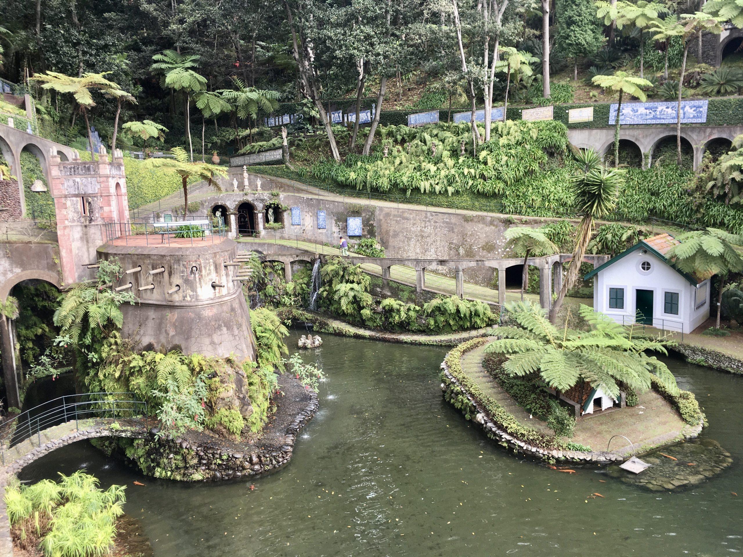 Ogrody Monte to roślinność, zamek, rzeźby, papugi, strumienie i spore przewyższenia