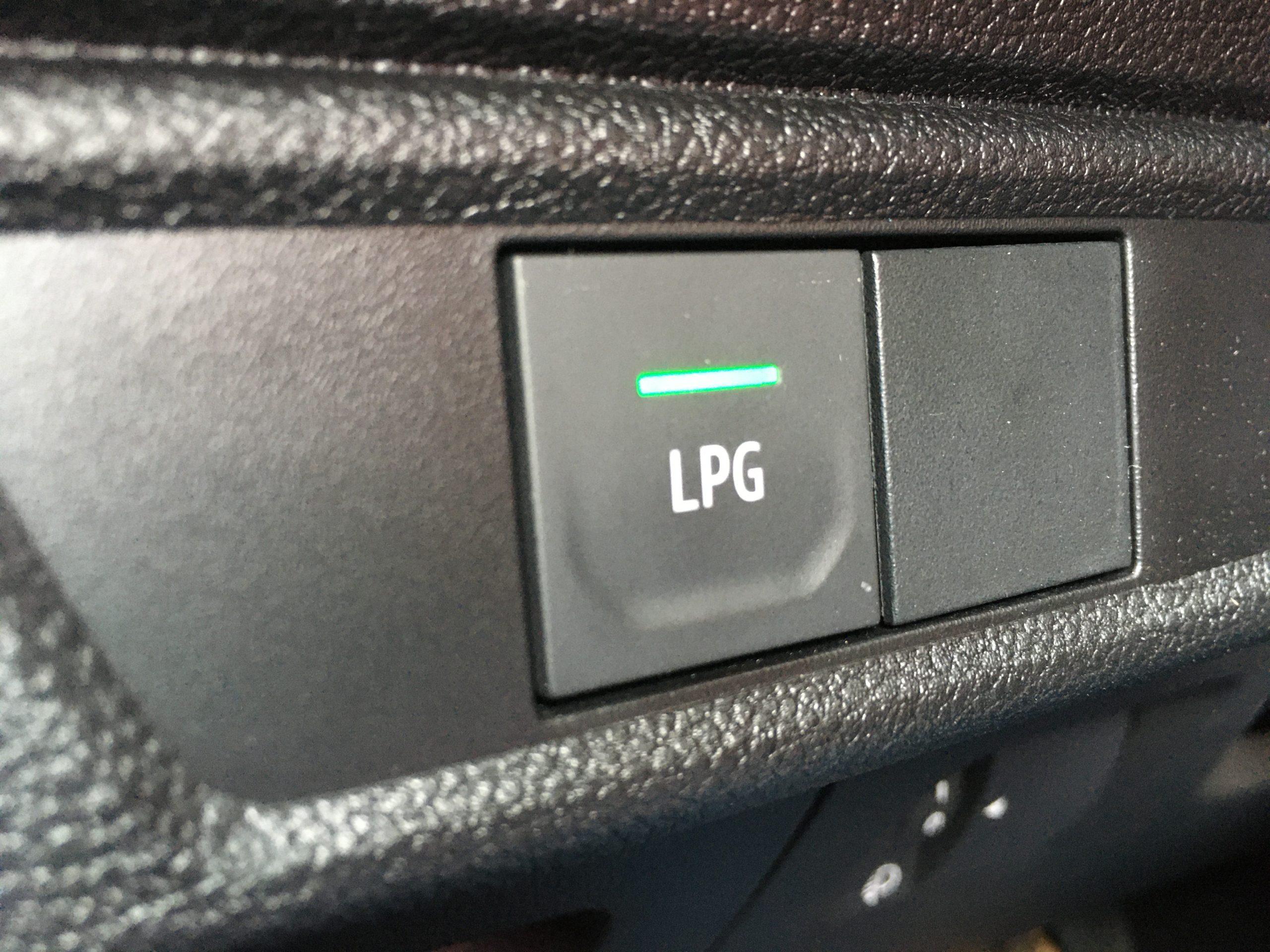 """Dacia SanderoTCe 100 LPG jest nietypową """"hybrydą"""": benzyna i LPG"""