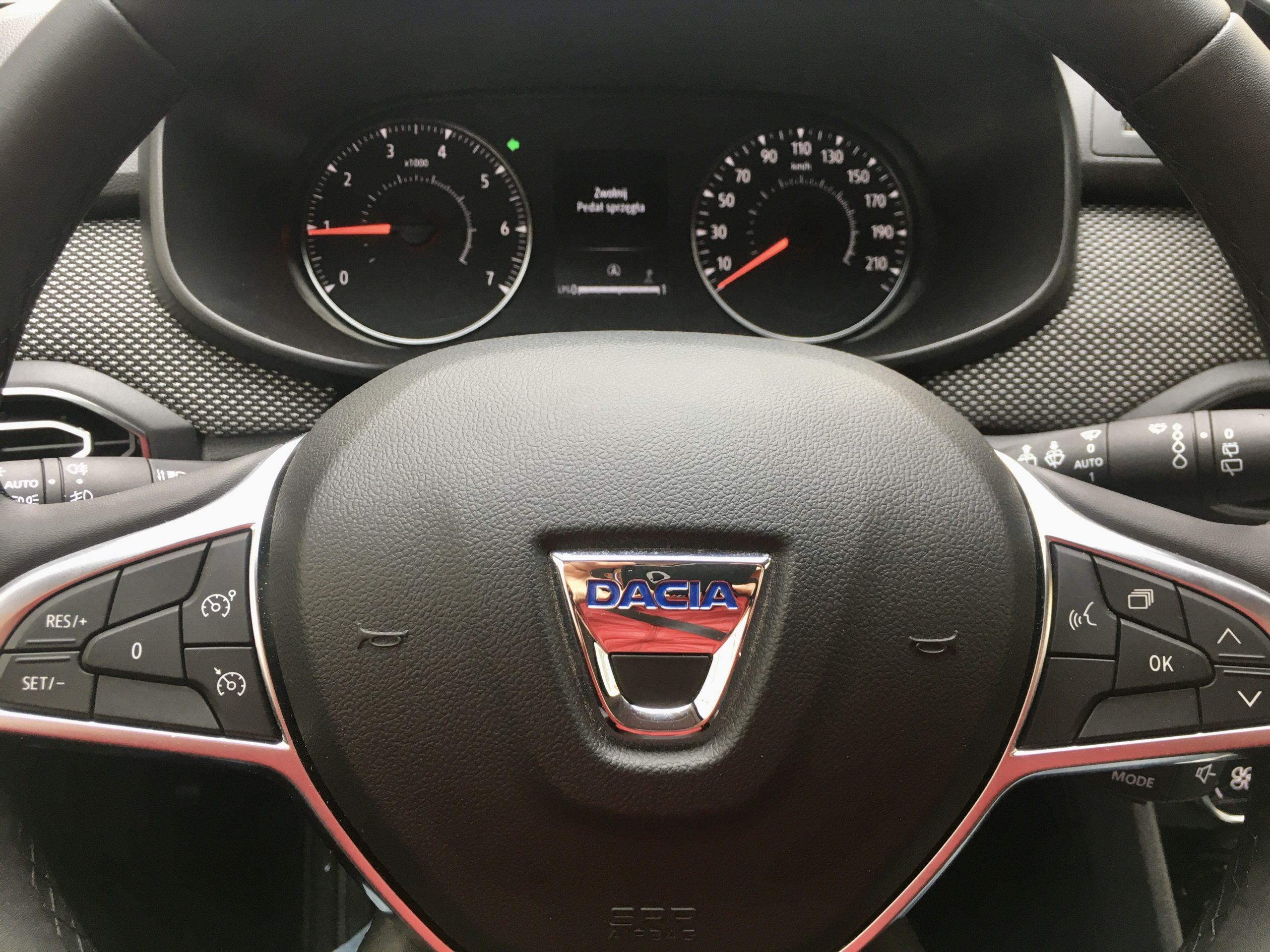 Kierowca Dacii ma przed sobą prostą tablicę wskaźników