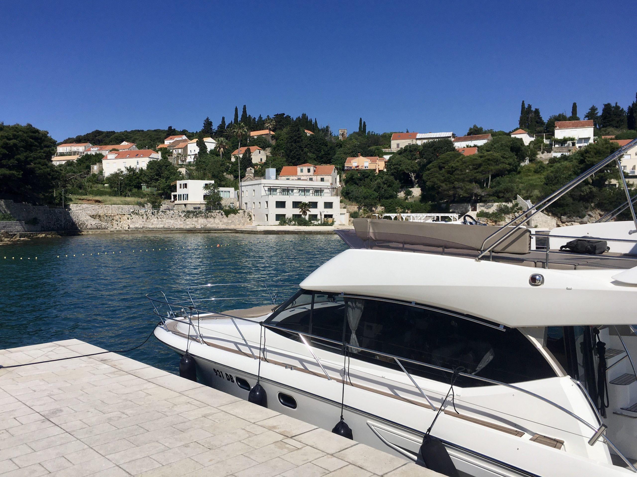 Jacht cumuje w małych portach i kotwiczy w urokliwych zatoczkach