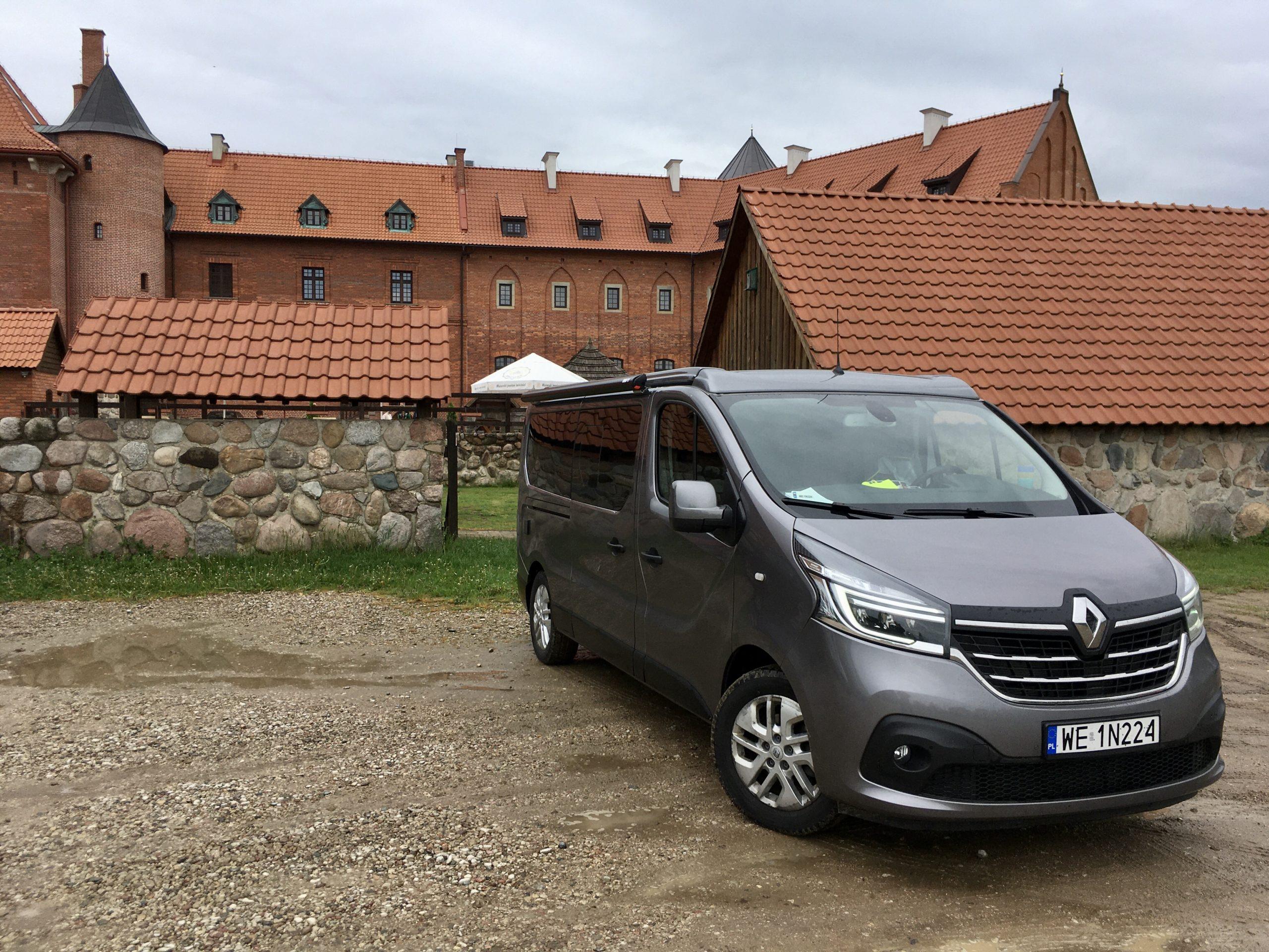 Renault Trafić kamper ma poręczne rozmiary i możliwość przebywania 4ch osób