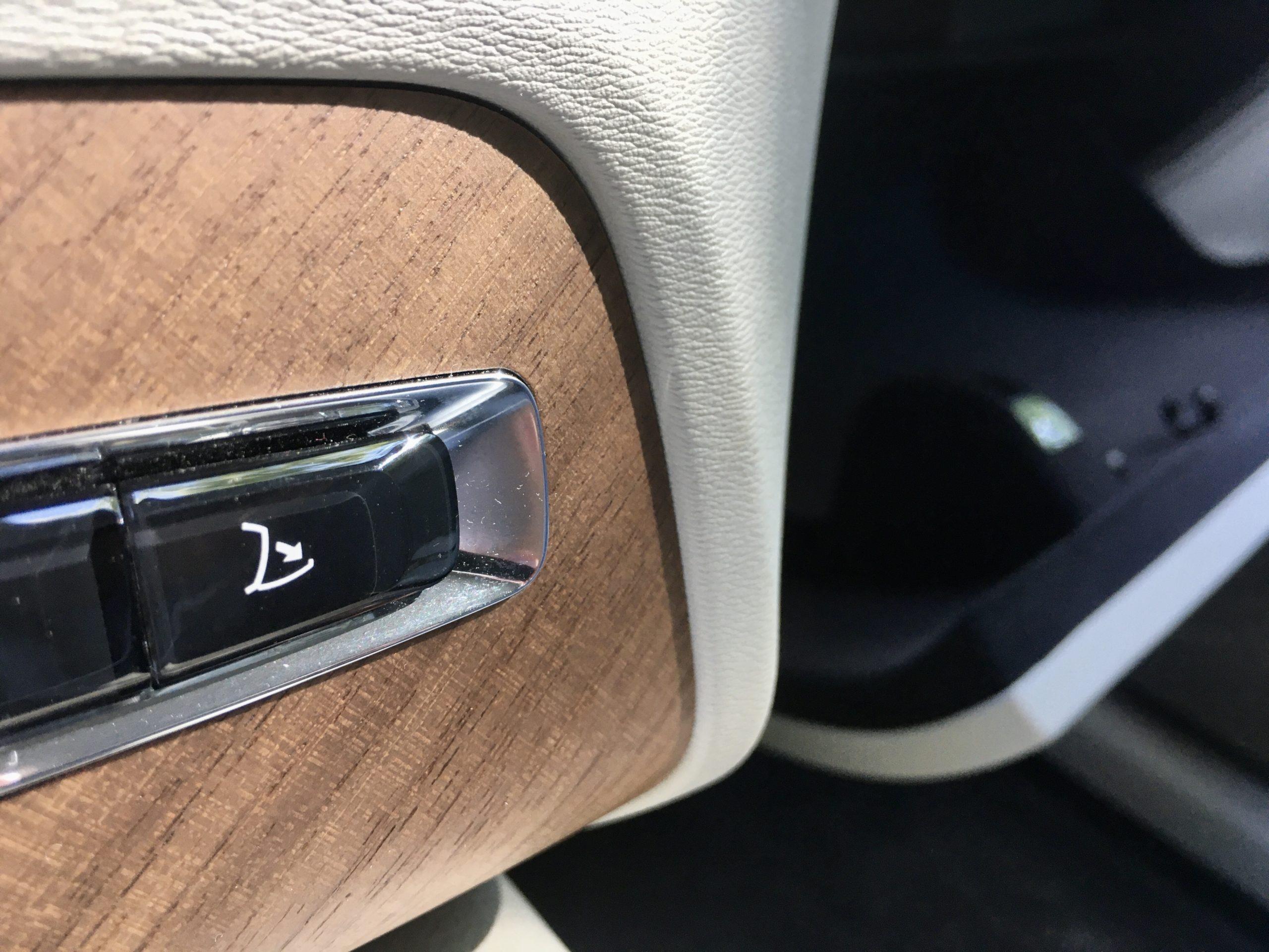 Schowek przed fotelem pasażera jest otwierany elektrycznie