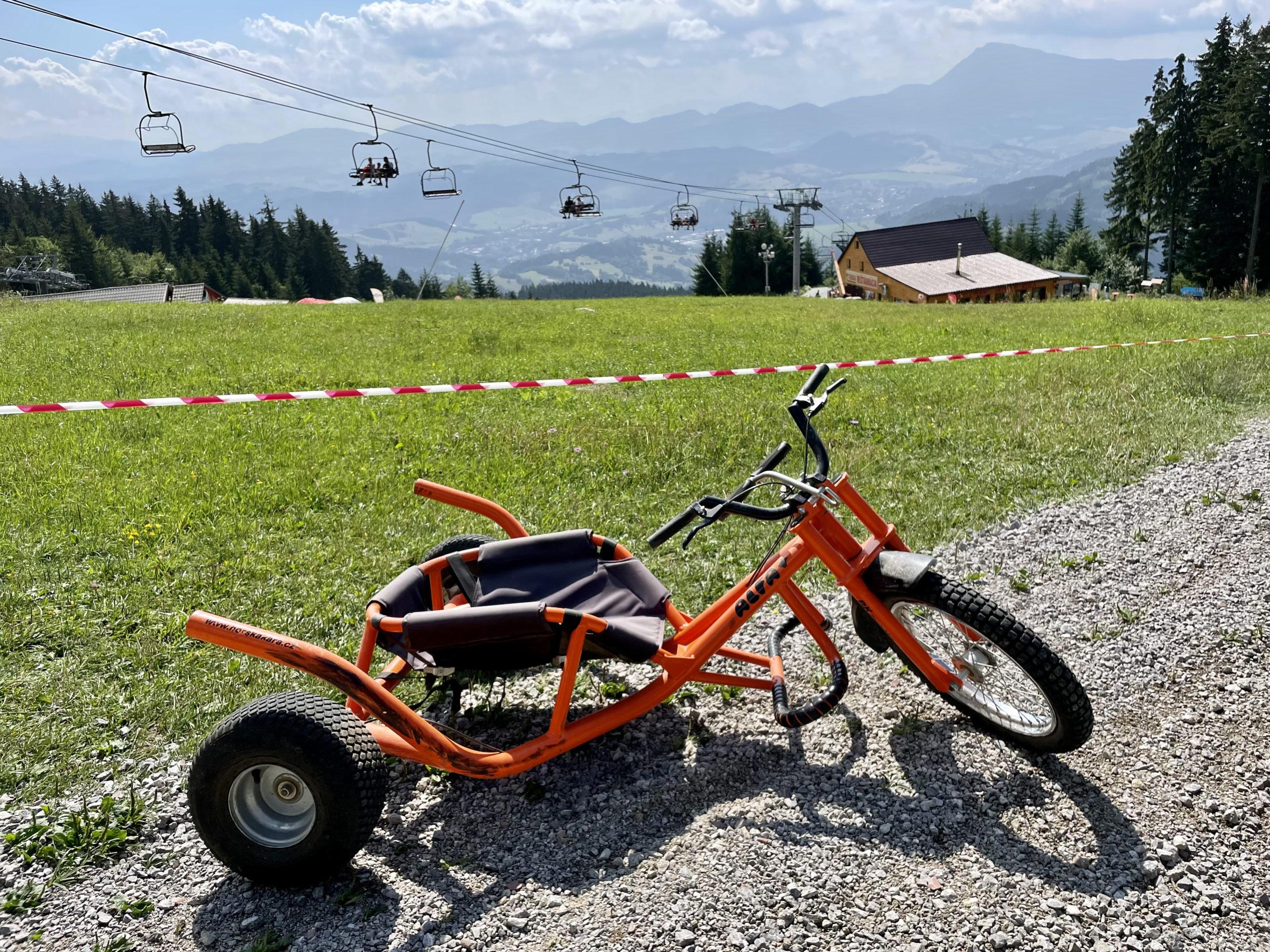Na Kubińskiej Holi można wypożyczyć rowery, hulajnogi i trójkołowce. Wyciągiem w górę, a potem zjazd.