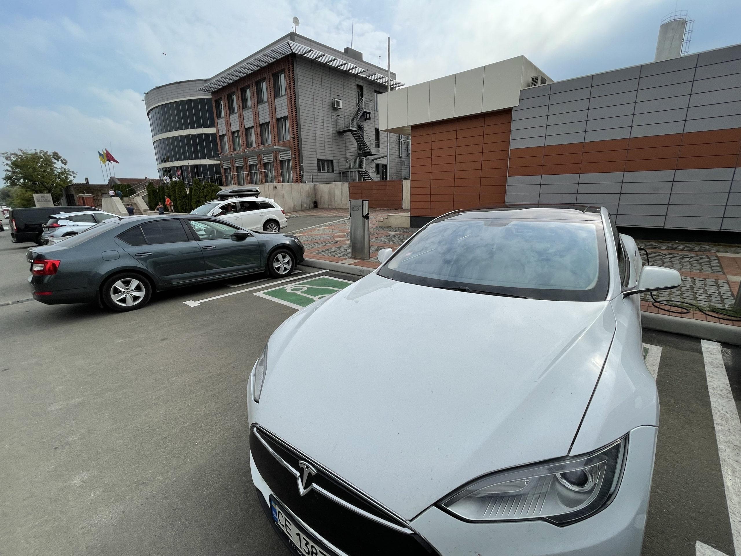 Tesla ładowała się przed słynną winnicą Shabo