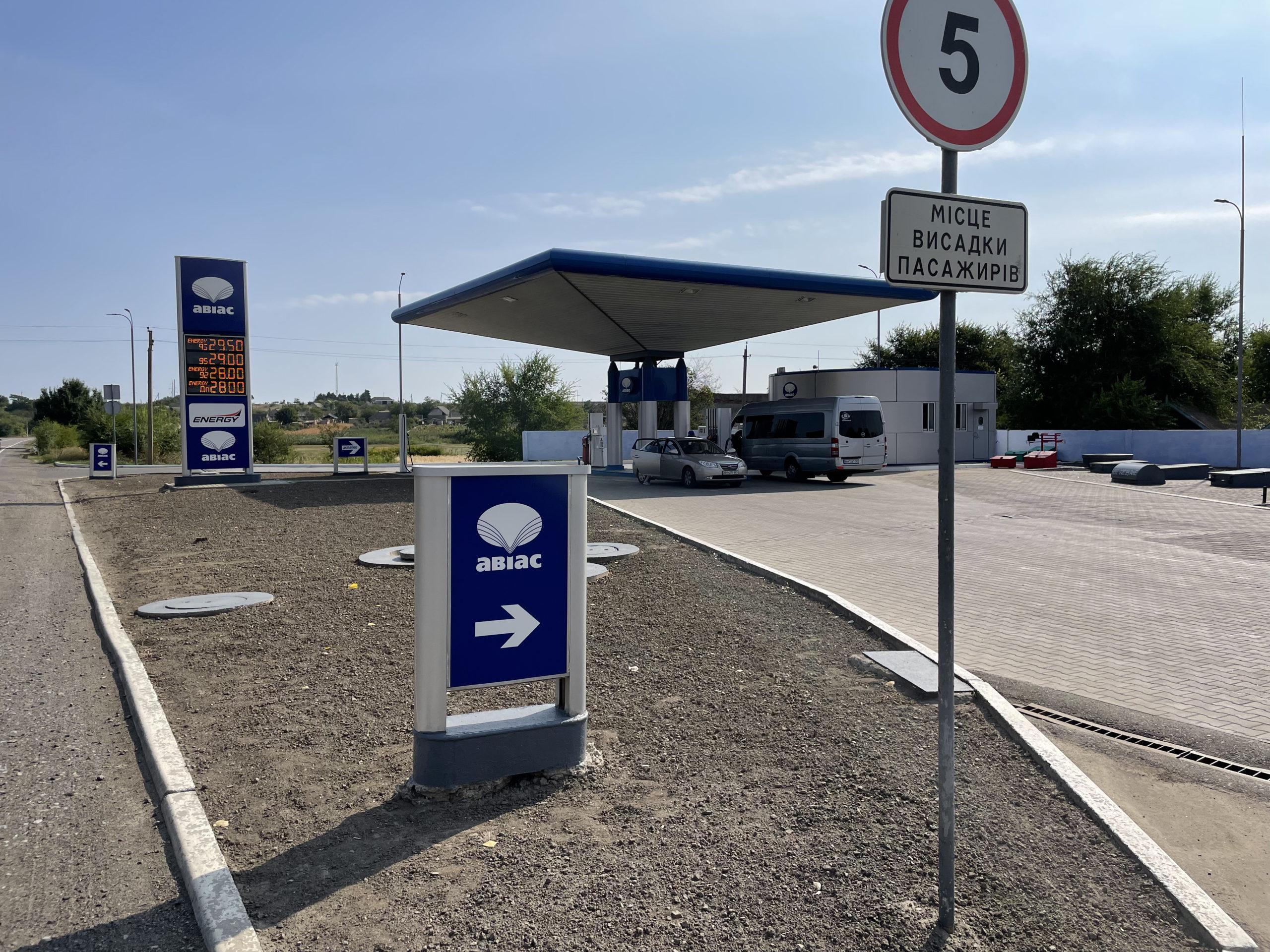 Na ukraińskich stacjach benzynowych zwykle pracownik nalewa paliwo