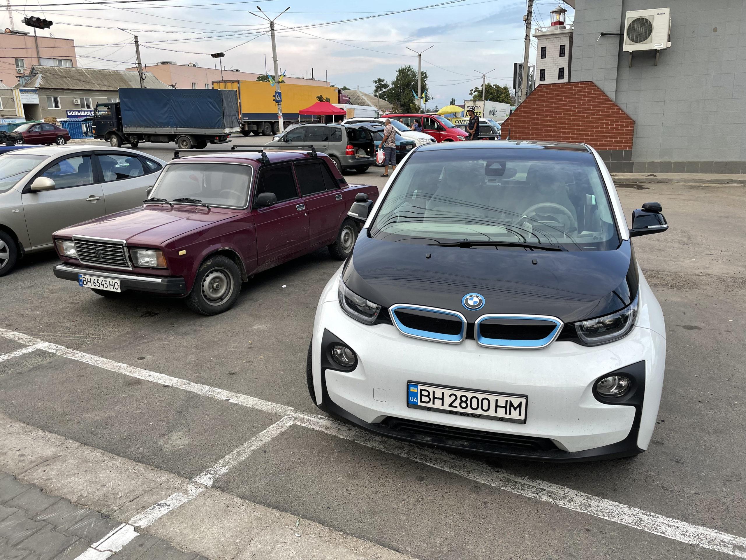Ukraiński kontrast - nowe, elektryczne BMW, a obok wiekowa Łada