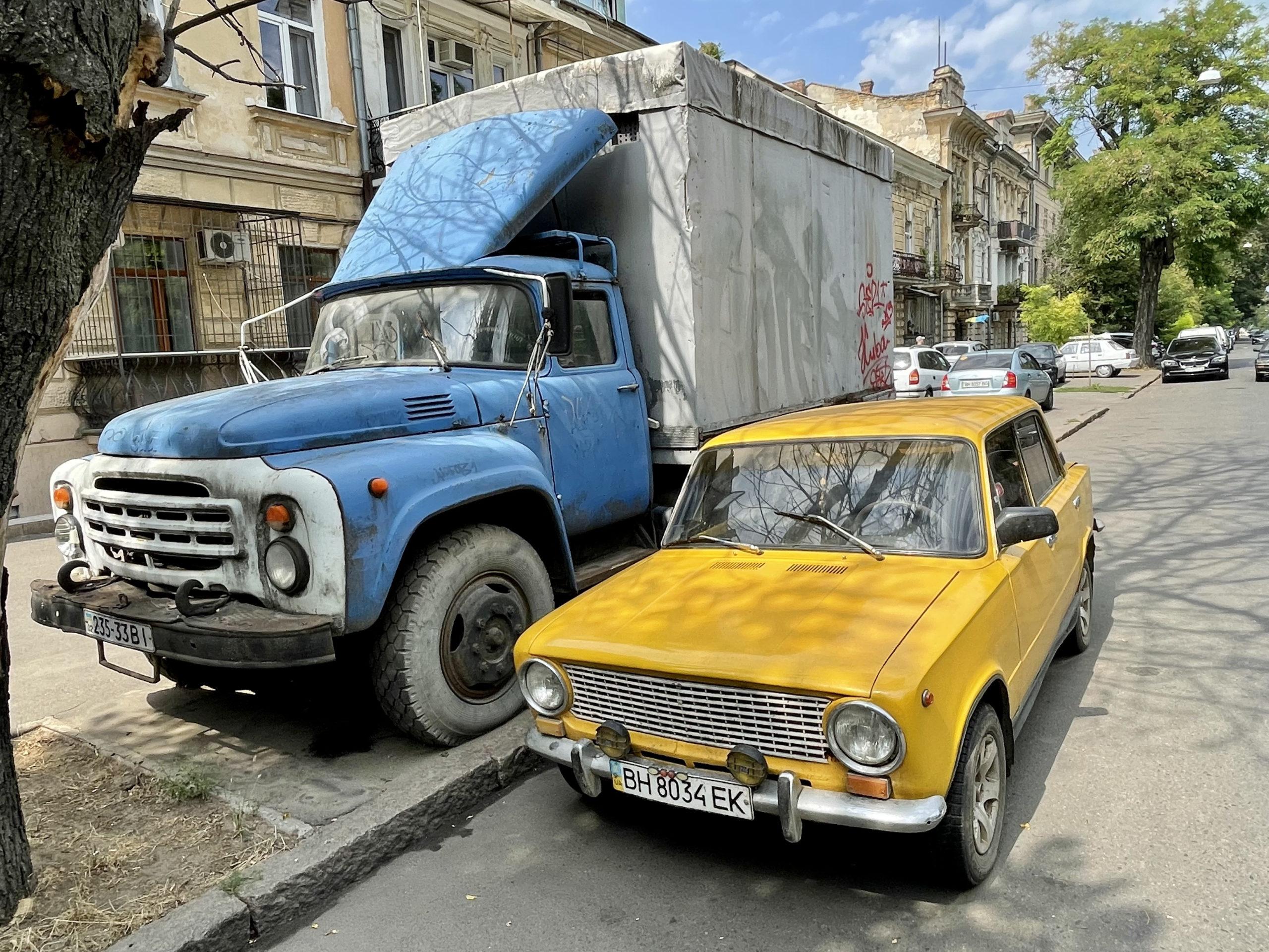 Na ulicach Odessy jest wciąż sporo wiekowych aut; osobowych i ciężowych